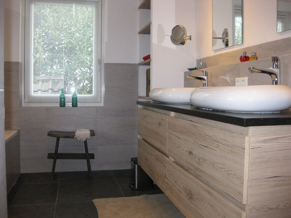Onze badkamer met half tegelwerk venis madagascar natural en half