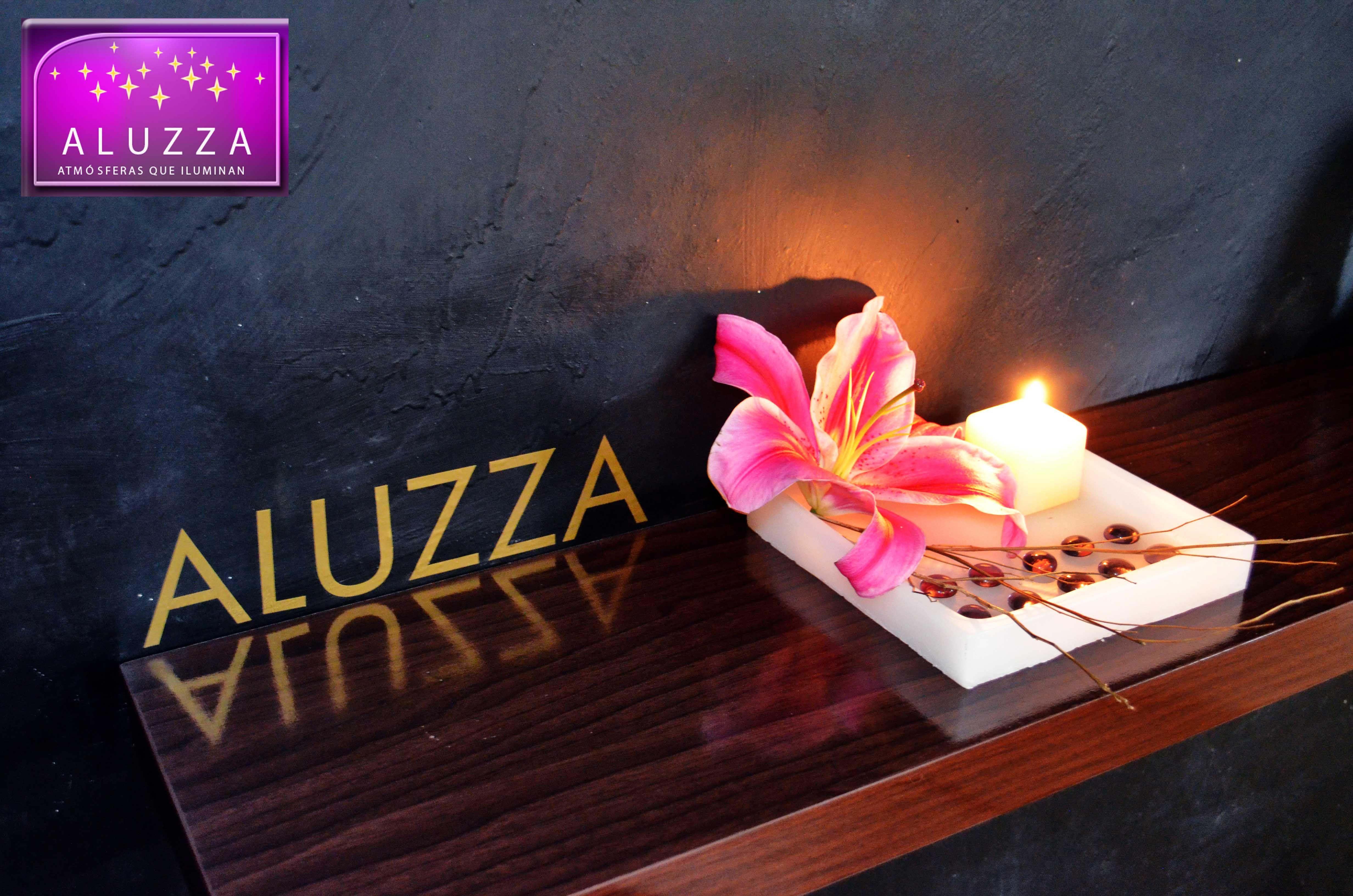 Centro de mesa con charola de 20x20cm y vela cuadrada y gema morada. ALUZZA.