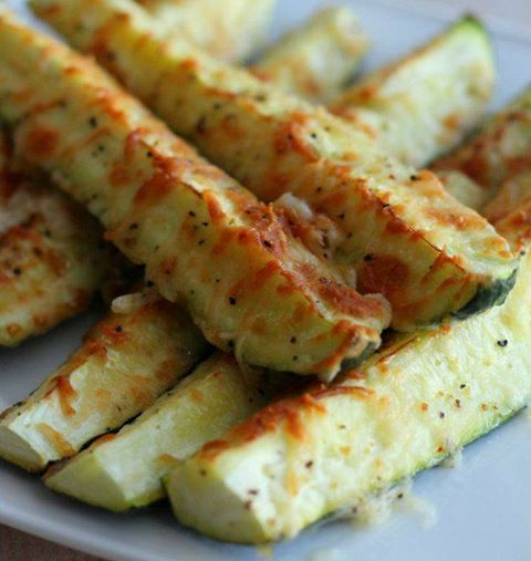Parmesan Zucchini Sticks:  für 12 Stk.  3 kleine Zucchini eine Handvoll geriebener Parmesan Olivenöl Salz und Pfeffer  Heize den Ofen auf 180 Grad vor. Schneide die Zuccini der Länge nach in jeweils 4 Teile und lege diese auf ein Backpapier. Gebe etwas Öl, Parmesan, Salz und Pfeffer darüber. Backe alles für 12-14 Minuten
