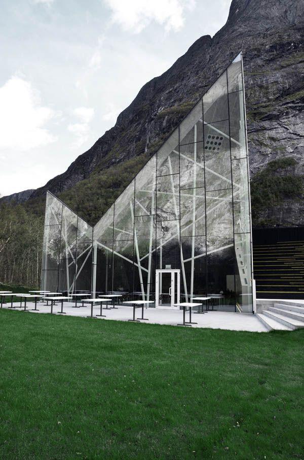 Restaurant Troll Wall  en Romsdal Valley, Noruega. Diseñado por Reiulf Ramstad Architects.  Utilizando parte de la montaña como estructura.