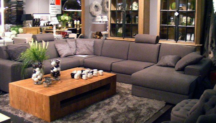 Tapijt In Woonkamer : Grijs hoeksalon met warm tapijt in een landelijke woonkamer