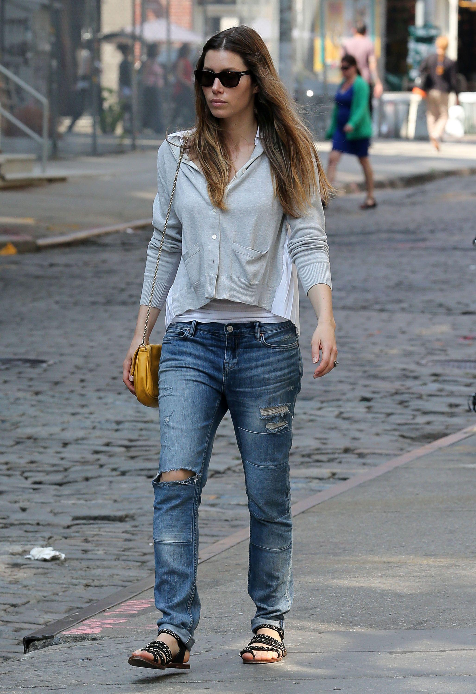Jessica Biel Spring Street Style With Boyfriend Jeans Jessicabiel Jessica Biel Pinterest