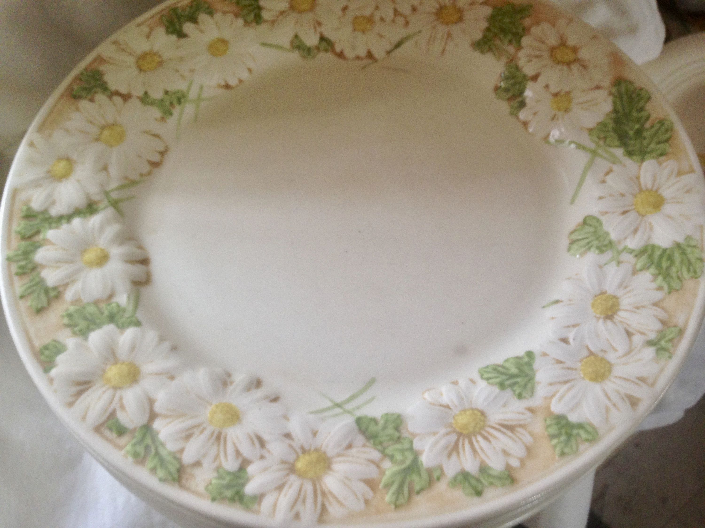 Metlox Sculptured Daisy Poppy Trail 8 Dinner Plates Moss Green Beige California Pottery 1960s Classics