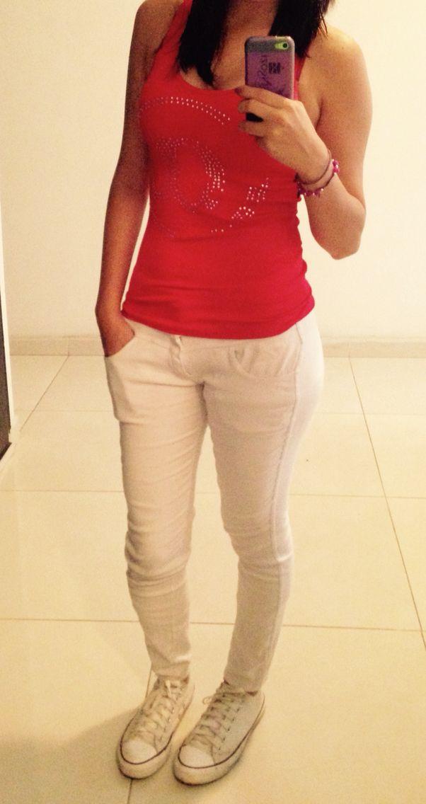 Blusa roja, pantalón blanco, converse blancos
