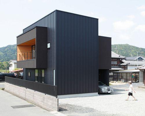 bardage m tallique et formes cubiques pour cette maison japonaise contemporaine fa ade. Black Bedroom Furniture Sets. Home Design Ideas