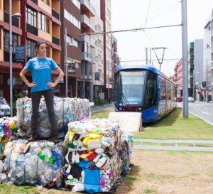 Una exposición de 6.500 kg de residuos plásticos alerta de la generación de basura