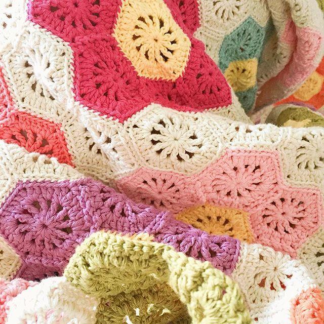 #주말일상 #weekend , ,  #crochet #crochetblanket #grandmothersflowergarden #crochetlove #crochetaddict #yarnlove #handmade #craftastherapy #코바늘 #코바늘블랭킷 #할머니의정원 #손뜨개 #크로쉐 #뜨개질그램 #mymiddledrawer
