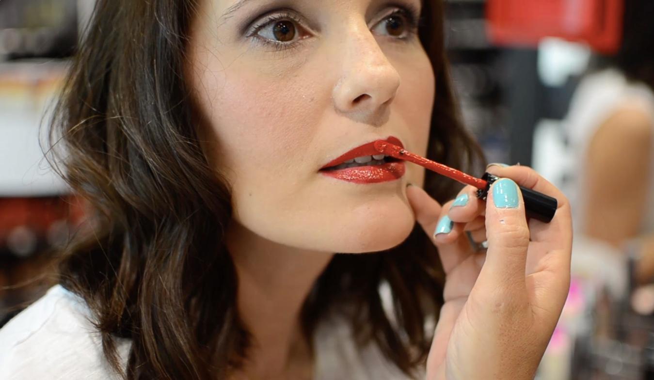 Video tutorial lábios vermelhos | Primeiro os lábios ficaram mate, depois com um gloss transparente, o acabamento ficou brilhante