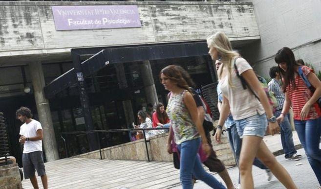 La  población joven española no consigue salir de la casa de sus padres. Sólo un 21% de los menores de 30 años ha encontrado la forma de emanciparse. Según el informe Observatorio