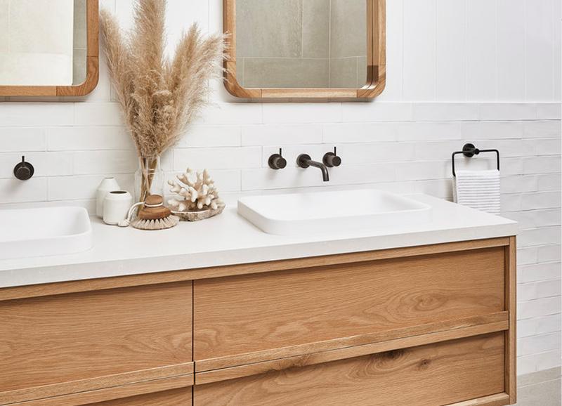 Trend badkamermeubels van lichtgekleurd hout in badkamer