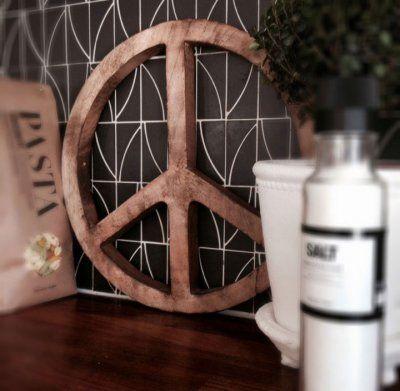 Peacetecken, vacker som dekoration och som grytunderlägg