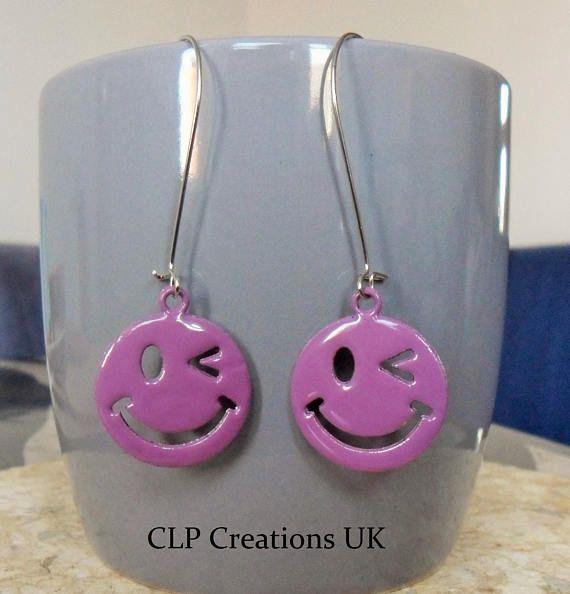 Pendientes de emoji púrpura Pendientes WINKY Smiley, cara feliz esmalte dangly pendientes, pendientes de cara de Emoticon, regalo divertido para ella, Kawaii Festival