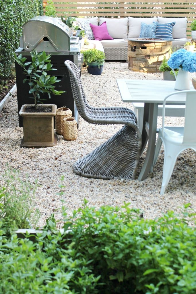 Outdoor Privacy Screen With Sherwin Williams. DIY Pea Gravel Patio. Painted  Dining Table With Wicker Chairs. Modern Rustic Privacy Screen With Baja  Beige ...