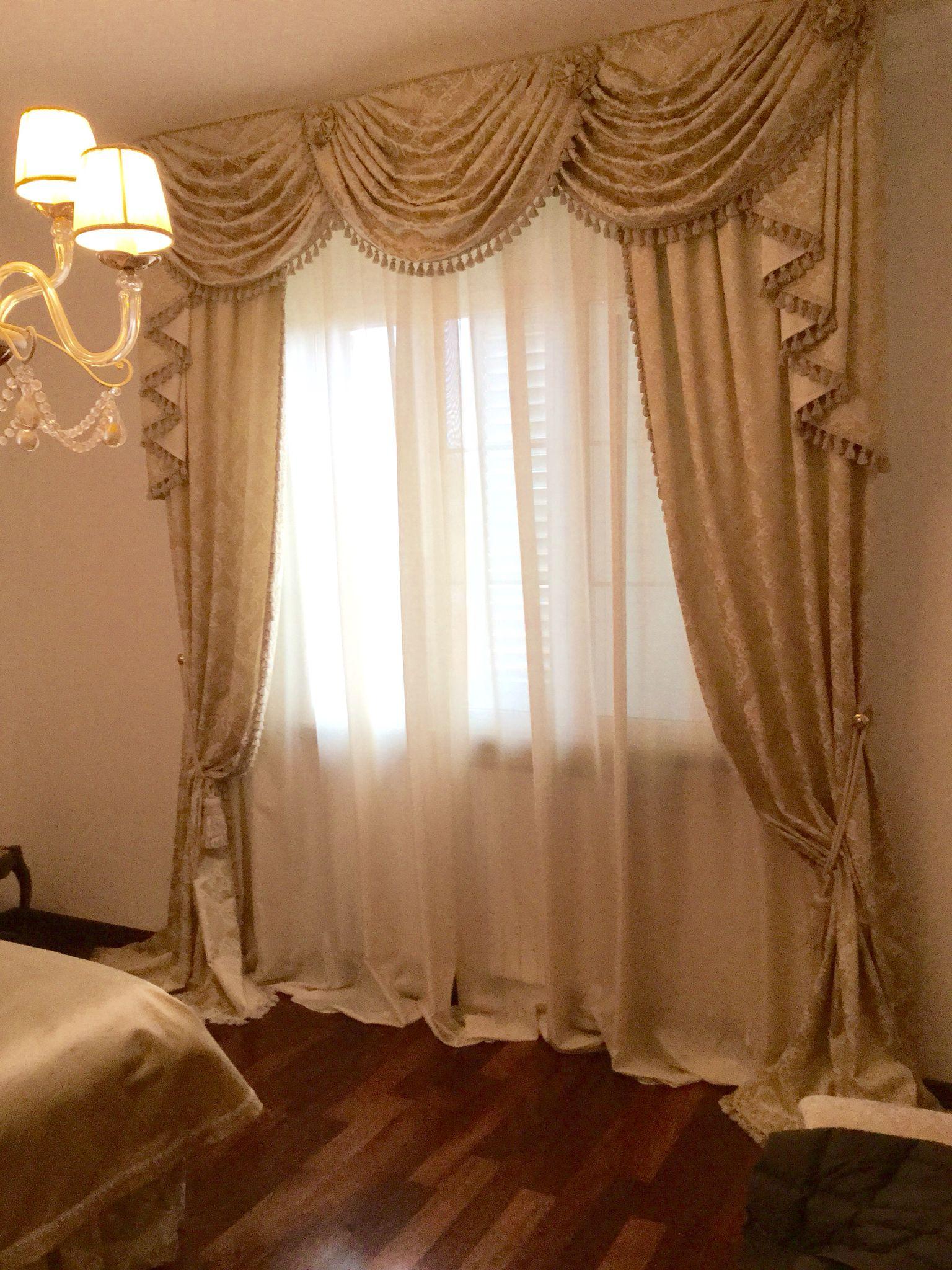Tendaggio classico con mantovana a drappeggi casabella for Tende classiche con mantovana