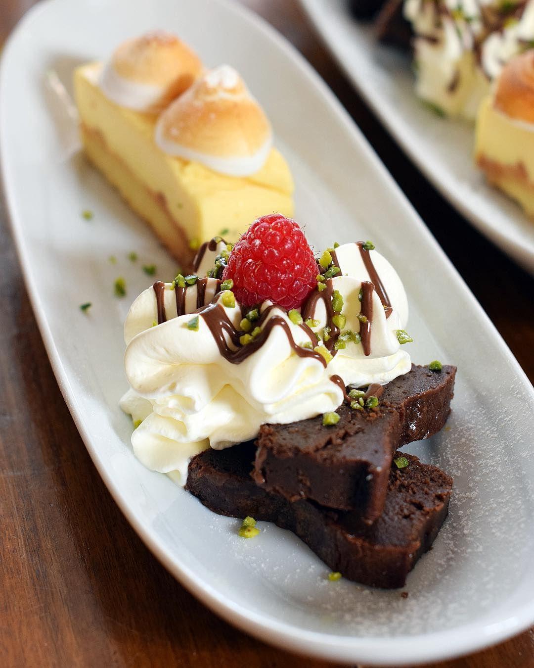 Mon dessert de GROsSe ... Au restaurant @leditvin ils ont bien compris que j'étais gourmande... ils prennent soin de moi à chaque visite  Moelleux choco et tarte au citron  mes 2 desserts préférés  MERCI . . . LE DIT VIN  restaurant . Aigues Mortes (30)  #PintadeCamargue  _______________ #aiguesmortes #travel #blogtravel #travelblog #travelblogger #trip #citytrip #food #blogfood #foodlover #foodblogger #restaurant  #occitanie #pintademontpellier #montpellier #feteaiguesmortes…