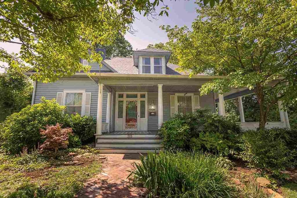 Beautiful Historic Home In Desirable Neighborhood The Original Features Of This Are Evident When Ofold Houseshouse