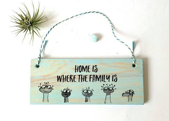 Haustür Schild, Familienschild, Türschild Familie, Schild Zuhause, Wohndeko, Geschenk zum Einzug, Holzschild, Schild mit Spruch, Aliens