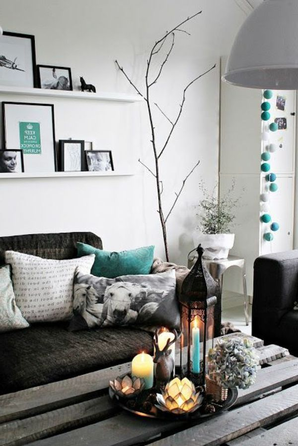 weiße regale über dem sofa im kleinen wohnzimmer Living - wohnzimmer deko in turkis
