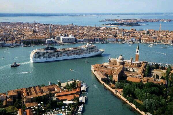 Venezia il suo canale attraversato da uma grossa nave