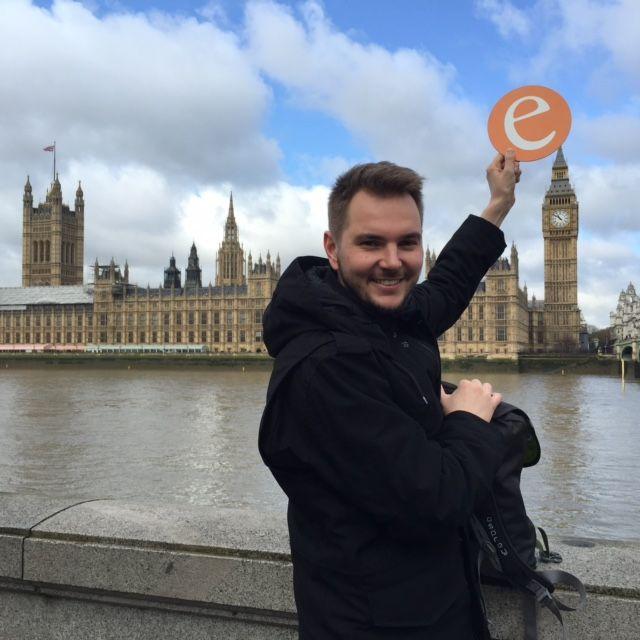 """11.04.2015: Unser """"e"""" posiert mit Lukas während eines Wochenend-Städtetrips in London vor dem Palace of Westminster und wird vom Big Ben aufgespießt ;-)"""