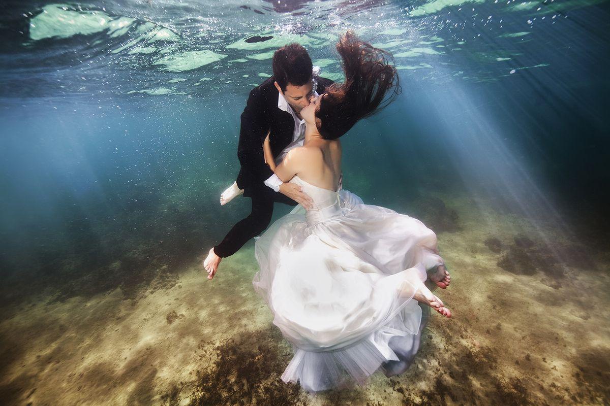 Brides Literally Take The Plunge For Stunning Underwater Portraits Underwater Wedding Underwater Photoshoot Underwater Portrait