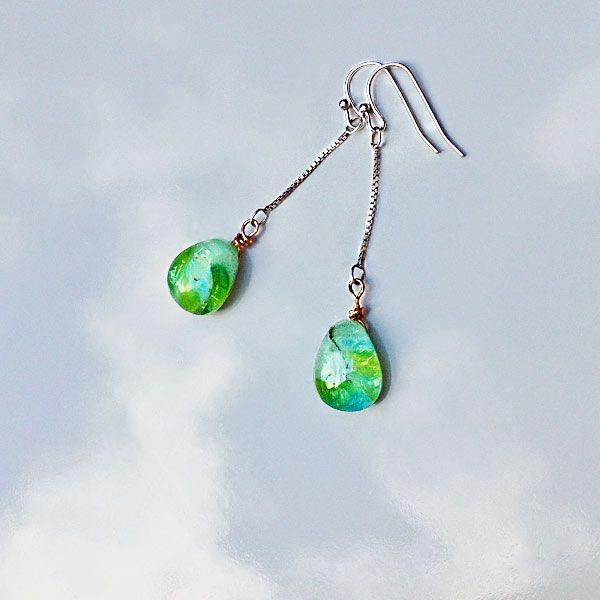 Orvalho - brincos de anzol e corrente de prata com gotas de vidro tipo murano.