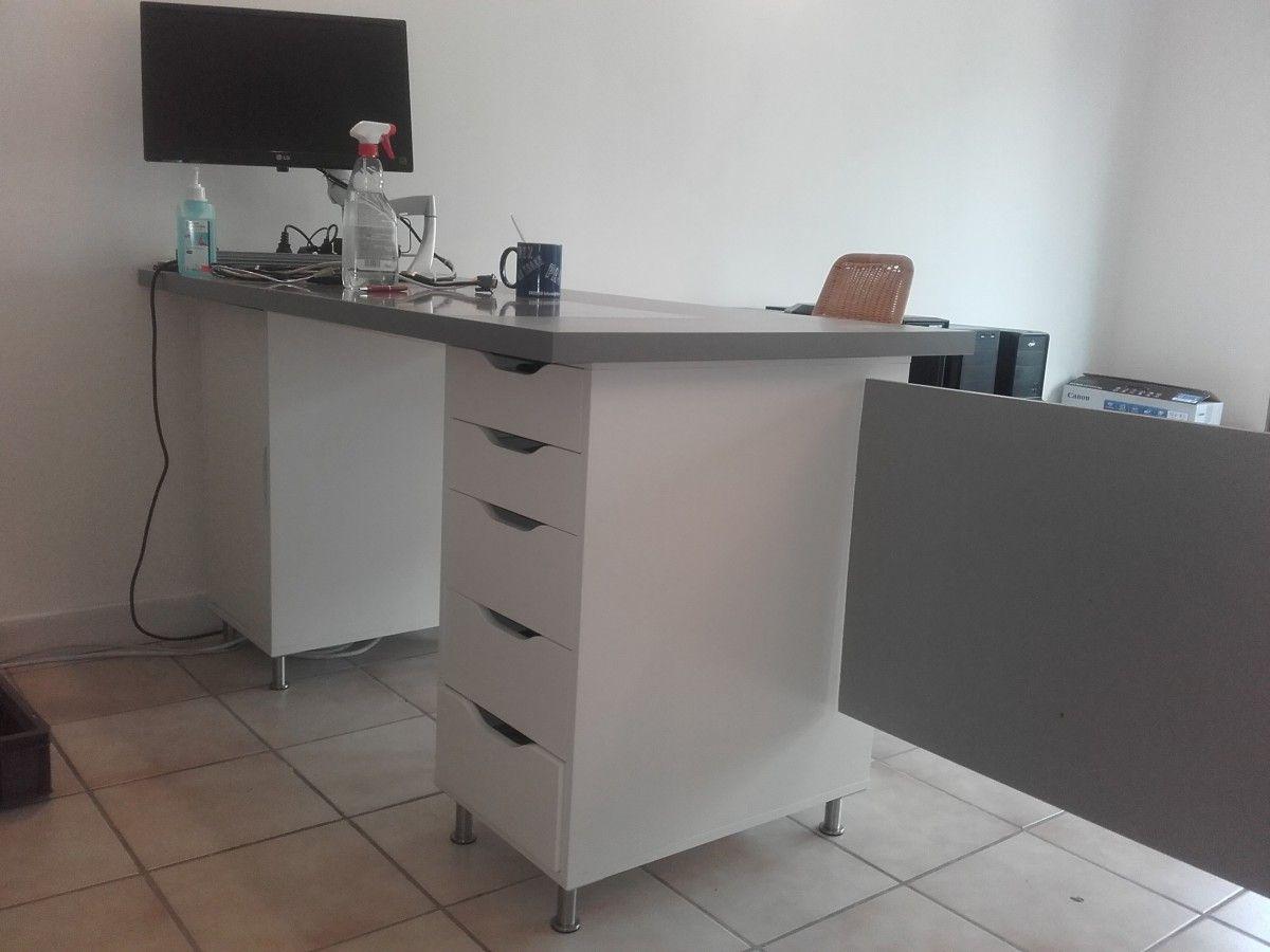 Comptoir d accueil et bureau pas cher pour un petit commerce for Meuble kallax bureau