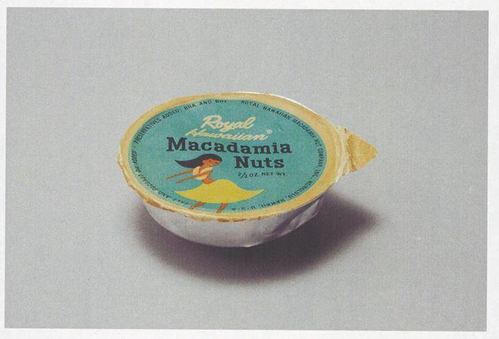 機内食で配られたマカダミアナッツの、紙とアルミ箔で作られた容器