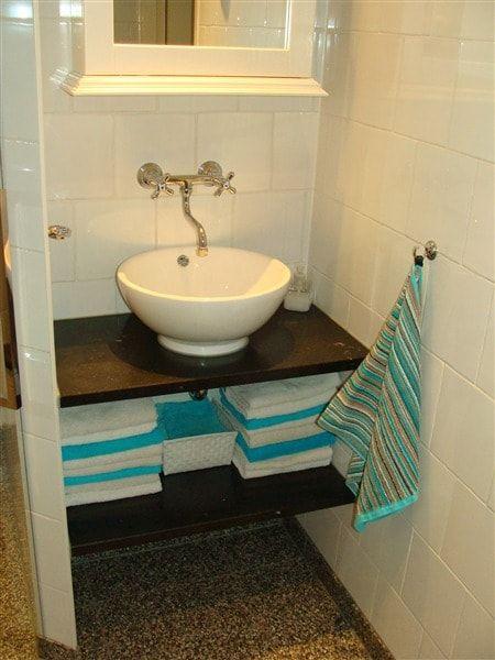 Klassieke badkamer met opzet wastafel op granieten blad opzet waskommen pinterest badkamer - Model betegelde badkamer ...