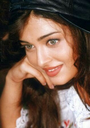 Aishwarya Rai In Young Age Aishwaryarai Bollywood Shahrukhkhan India Amitabhbachchan Saree Aishwarya Rai Aishwarya Rai Bachchan Indian Actresses