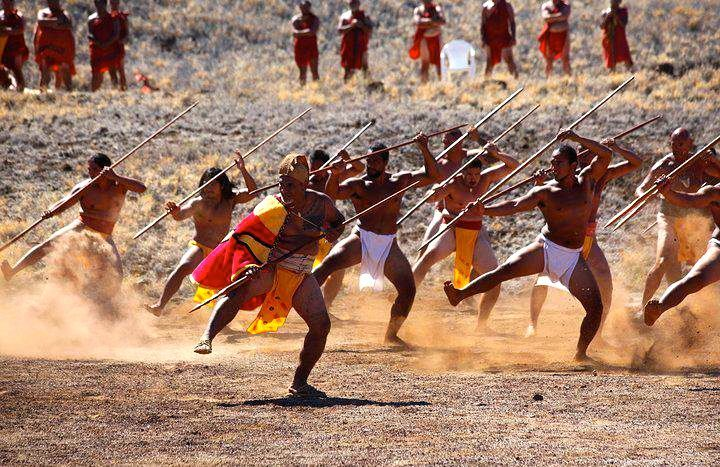 hawaiian war dance | Traditional Hawaiian Warriors reenact a war ...