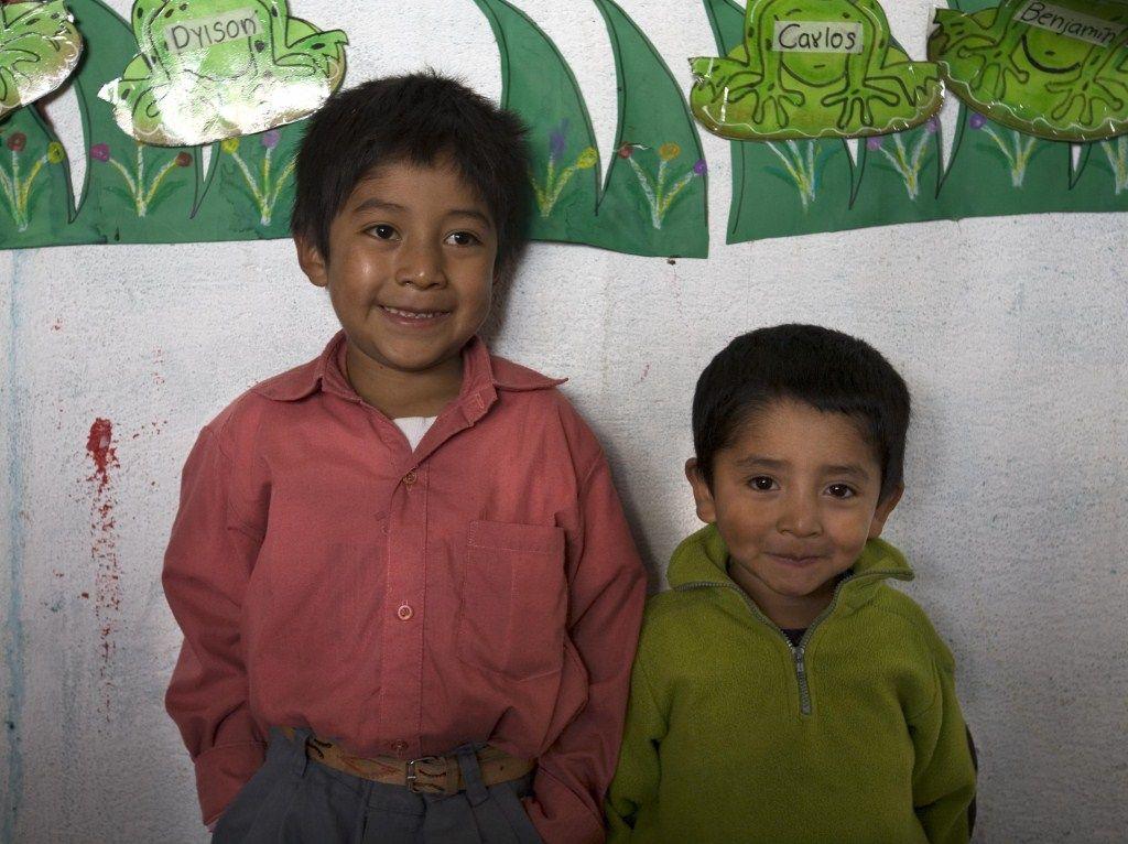 Dos patojos en la escuela de la Aldea Sabalpop