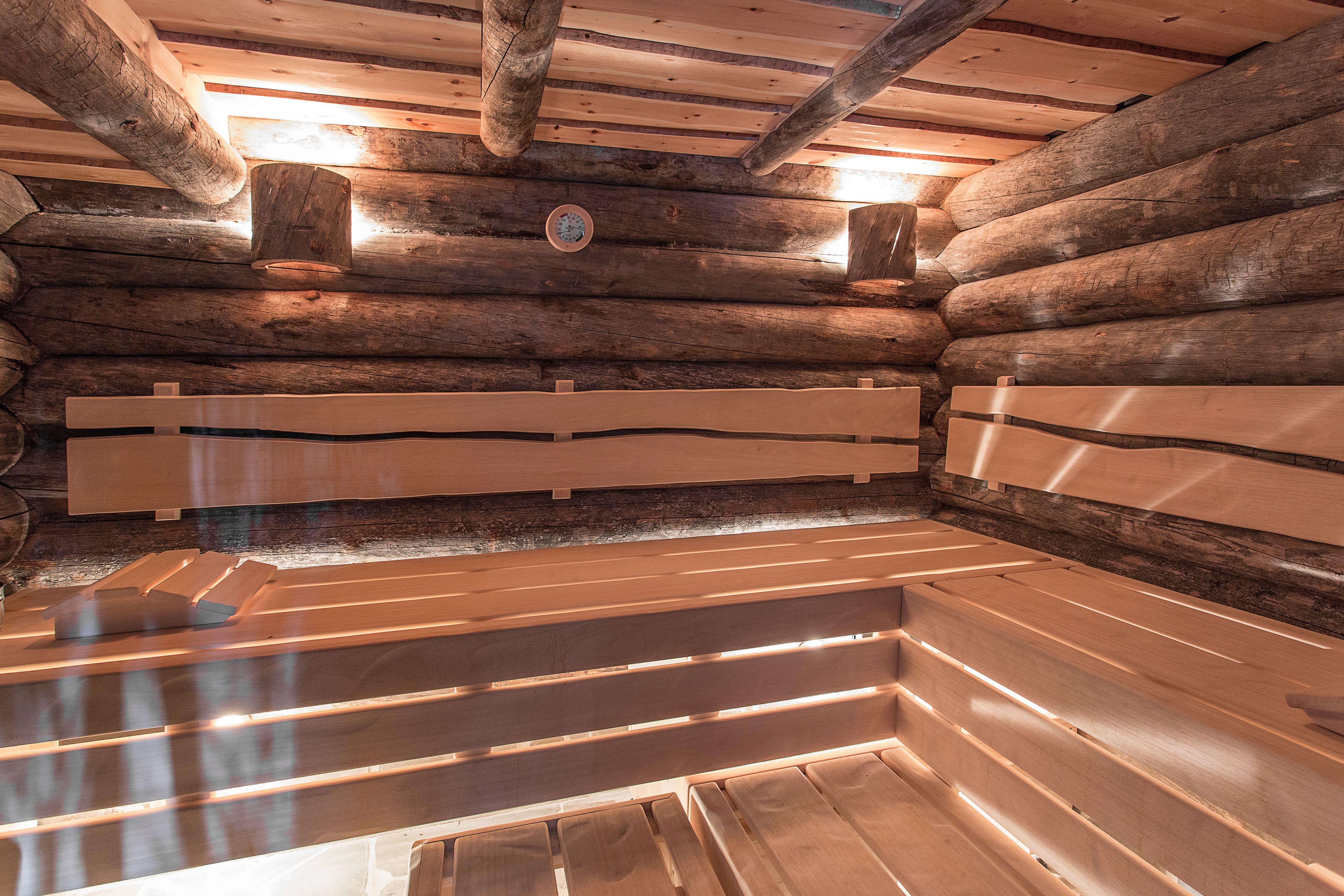 Die Rustikalen Kehlostamme Werden Erganze Von Der Rustikalen Bankeinrichtung Welche Des Stil Des Hauses Aufnimmt Sauna Aussen Rustikale Bader Gartensauna