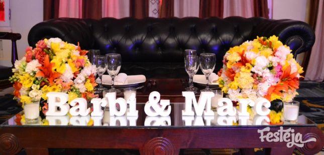 Ambientación de casamientos, centros de mesa, velas & espejos. Mesa principal con mesa baja, sillón capitone, arreglos florales multicolor y nombres volumetricos.