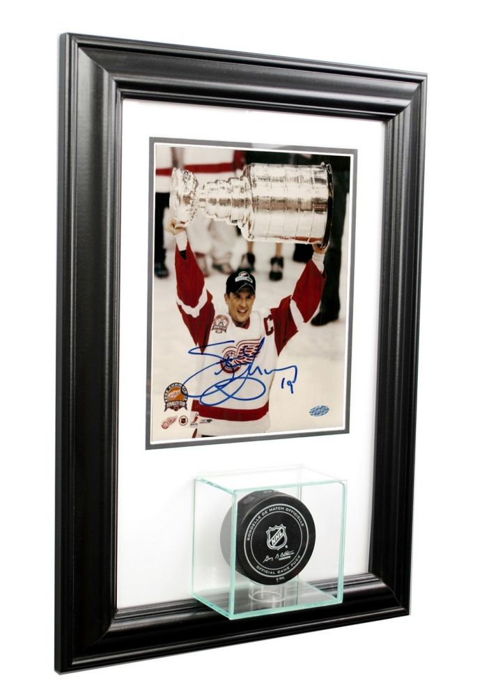 Wall Mounted Hockey Puck with 8x10 Photo Display Case with Black ...