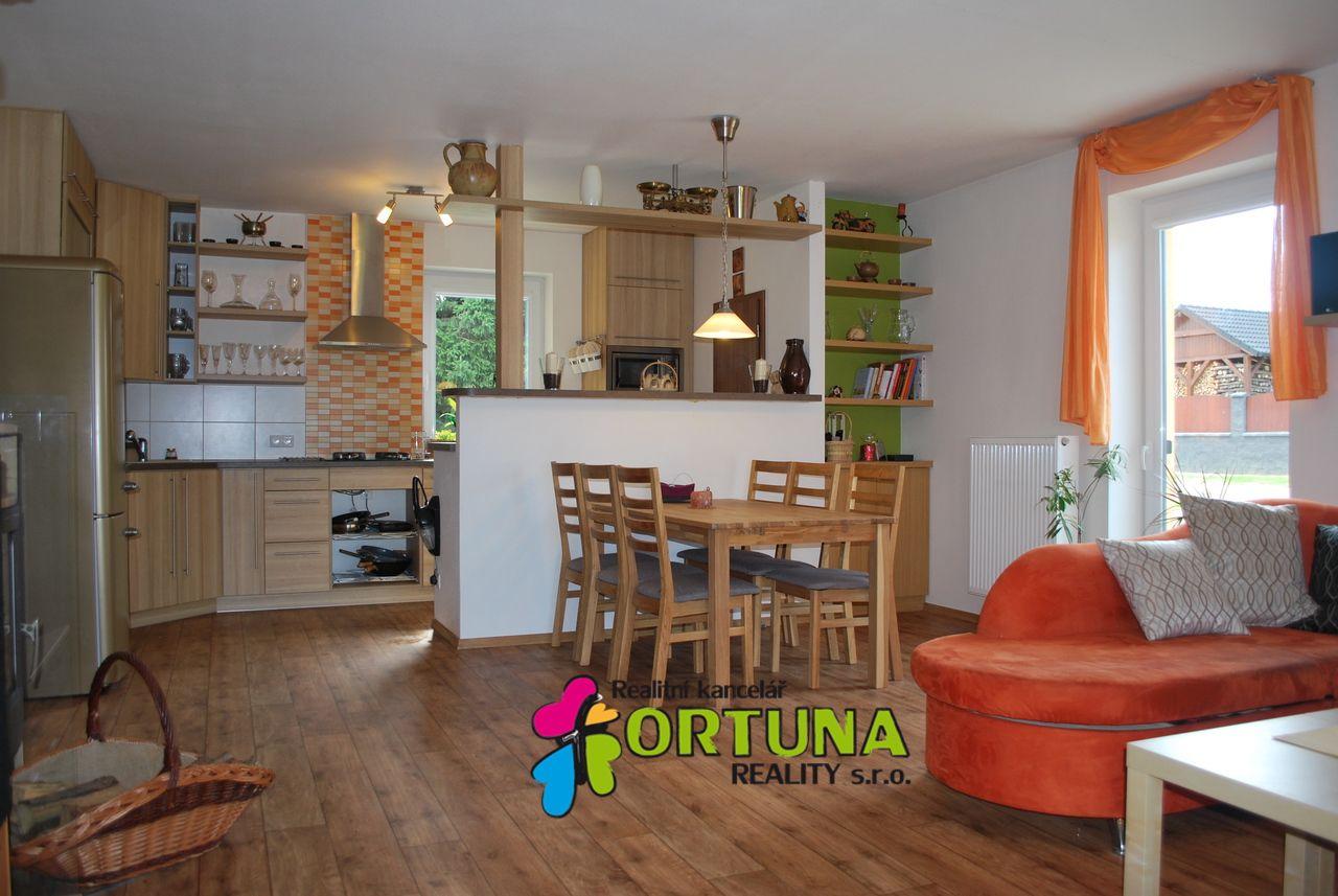 Obývací pokoj s kuchyňským koutem v novostavbě rodinného domu v Dyníně