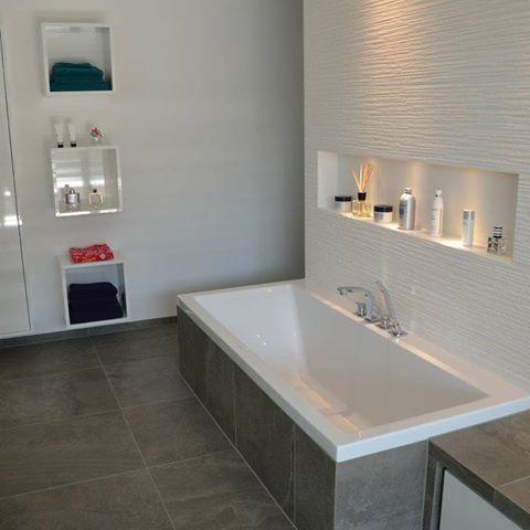 Badewanne Mit Nische Ablage Spots Abstellmoglichkeit Highlight Fliesengehret Badewanne Badezimmer Badezimmer Ablage