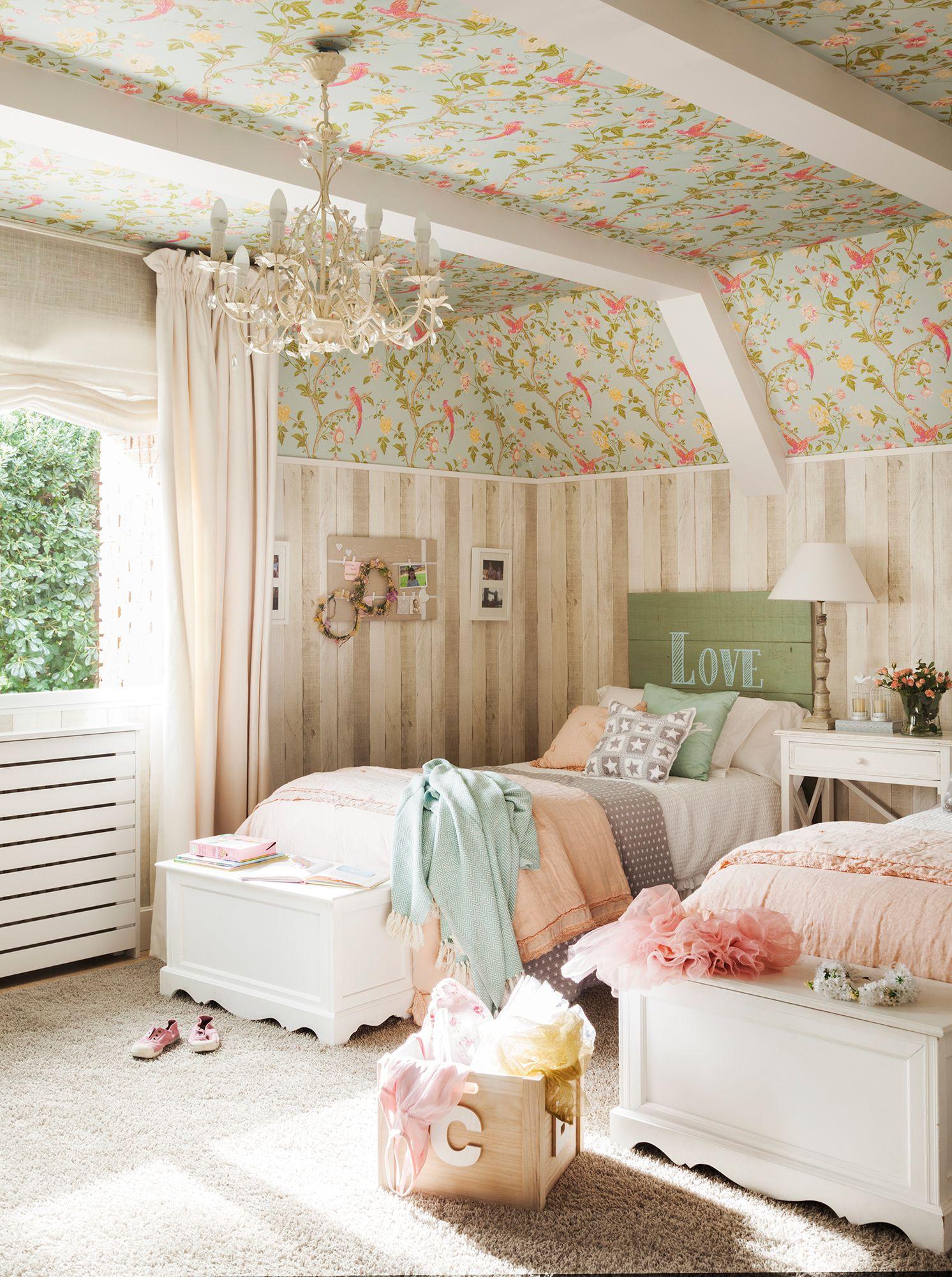 Dormitorio Infantil Con Dos Camas Y Papel Pintado De Dos Tipos
