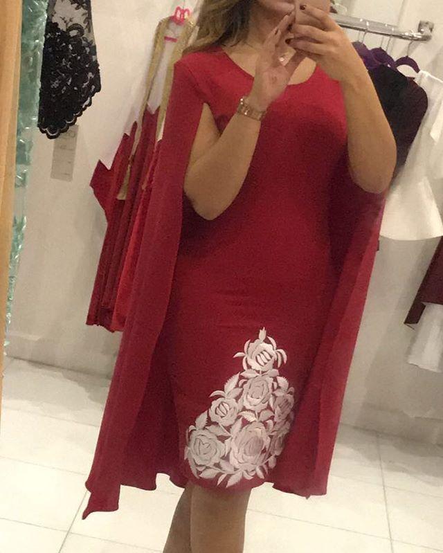 فستان سترج احمر مع تطريز ابيض للعيد الوطني البحريني ممكن نسوي منه عنابي للعيد الوطني القطري وممكن نسوي منه اي لون Evening Dresses Clothes For Women Clothes