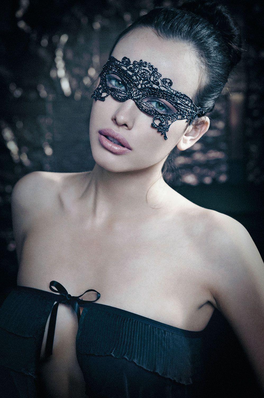 Masque Mystérieuse - Soyez mystérieuse et sensuelle avec ce loup réalisé à partir d'un fil de lurex pour une dentelle des plus raffinées, la dentelle guipure.