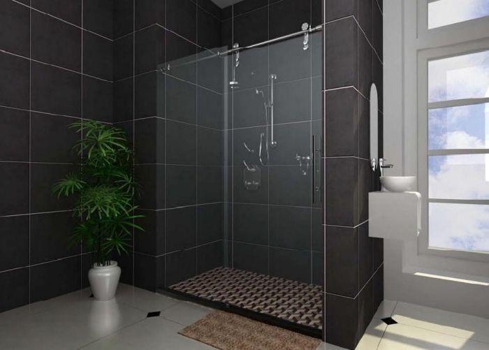 Porte de douche coulissante dans la salle de bains moderne - installer un cadre de porte