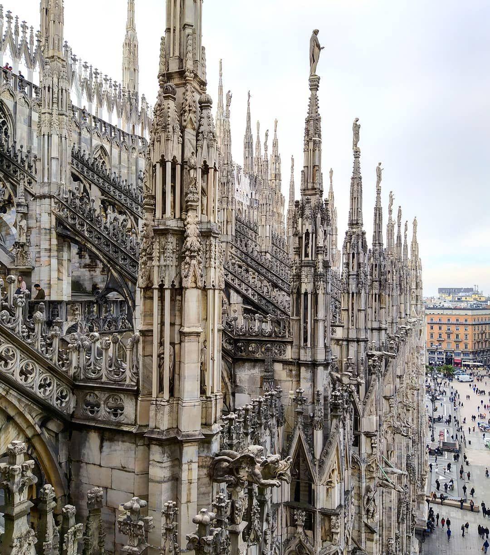 La Catedral De Milán El Duomo Desde Una De Sus Terrazas Merece La Pena Subir Para Ver Tanto La Catedral Como Las Italy Places To Go Milan