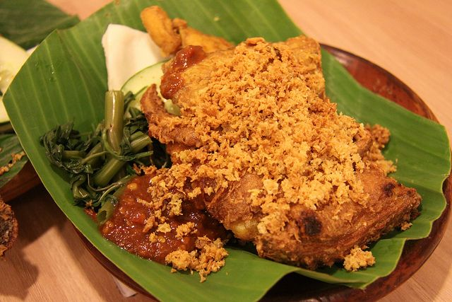 Ayam Penyet Is An Indonesian Dish Made Of Smashed Fried Chicken It Is Often Accompanied With Cucumbers Fried Tofu Tempeh And White Food Recipes Fried Tofu