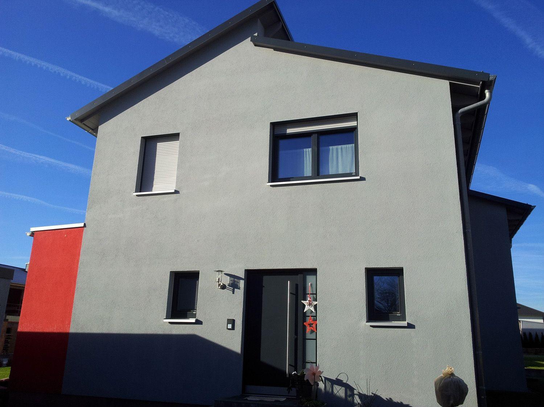 einfamilienhaus modern holzhaus versetztes pultdach fenster modern anbau mit flachdach. Black Bedroom Furniture Sets. Home Design Ideas