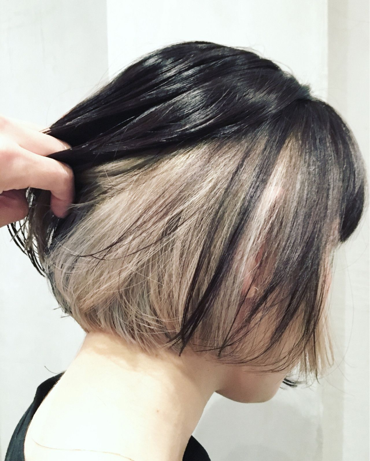 インナーカラー 黒髪で遊び心あるオシャレなトレンドヘアに