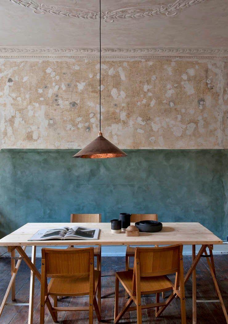 Une salle à manger et son mur à demi peint