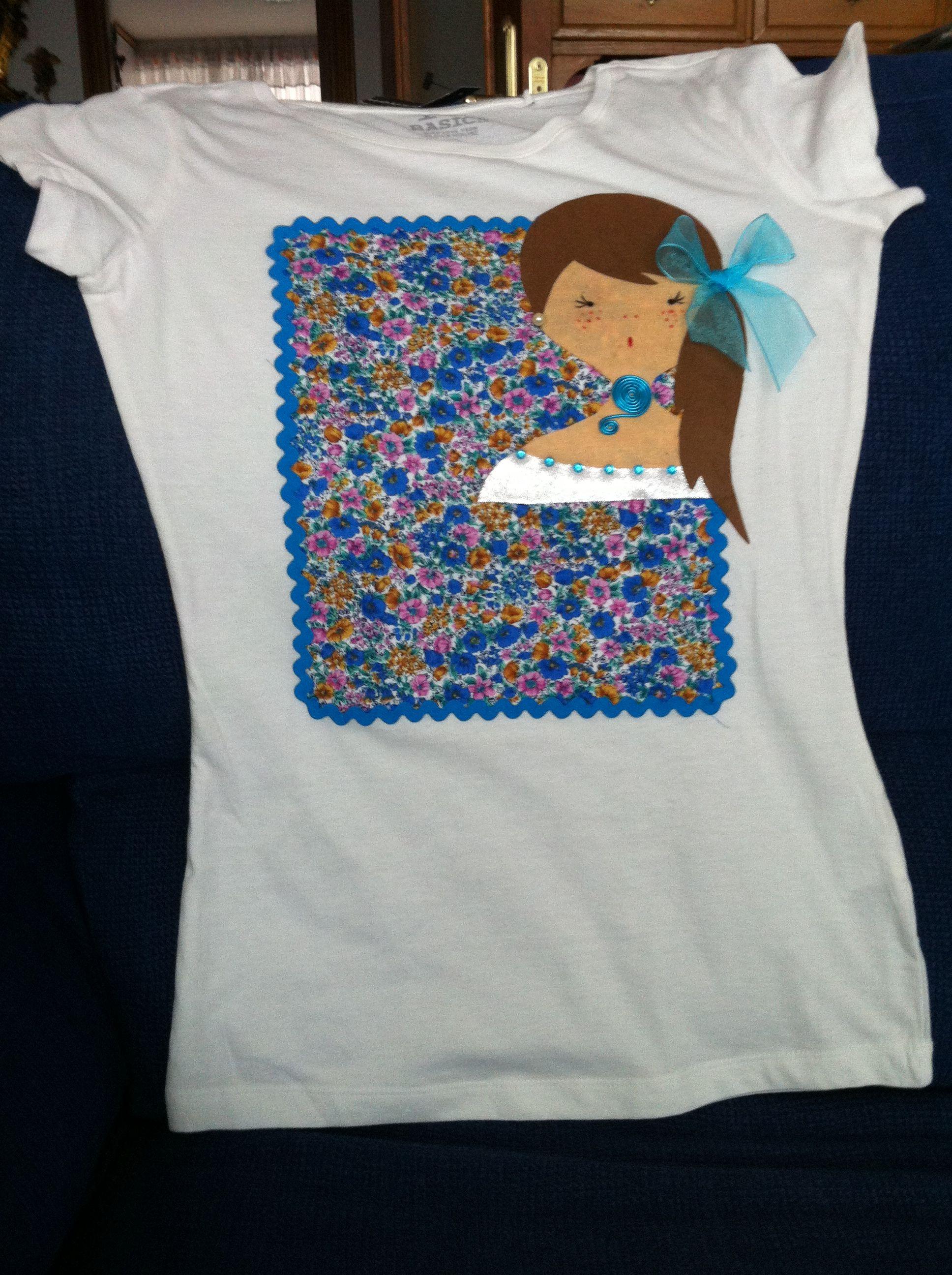Camiseta con una muñeca con coleta al lado