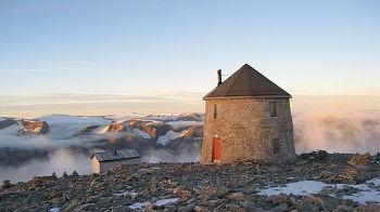 Skålatårnet på toppen av Skåla (1843 moh) ved Loen i Stryn kommune i Sogn og Fjordane fylke.