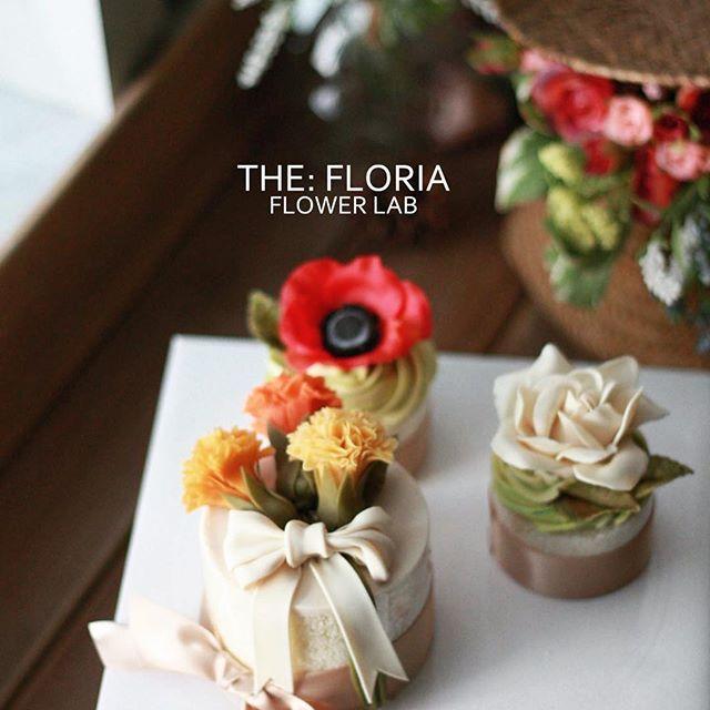 앙금오브제 플라워 2nd,basic class Lovely Mini cupcakes  Paste of white bean jam 고소한 옥수수 설기 위에 핀 카네이션, 아네모네, 치자꽃❤️ . student's work. . #플라워케이크 #플라워케익 #버터크림플라워케이크 #버터크림 #flowercake #앙금플라워케익 #케이크 #꽃 #꽃스타그램 #花 #韓式唧花 #甜品 #ricecake #플로리아케이크 #더플로리아 #thefloria #floria #플로리아 #앙금오브제 #앙금플라워 #豆沙  #韩国豆沙花 #韩式豆沙花 #豆沙花 #korearicecake #koreanbuttercreamflower #케익스타그램 #작약 #beancream #buttercream. Kakaotalk/LINE/WeChat. ID:floriacake/ thefloria . [모든 디자인의 권리는 THE: FLORIA에 있으며, 저작권자 허락 없는 저작물 이용은 저작권 침해로서 법적 책임이…