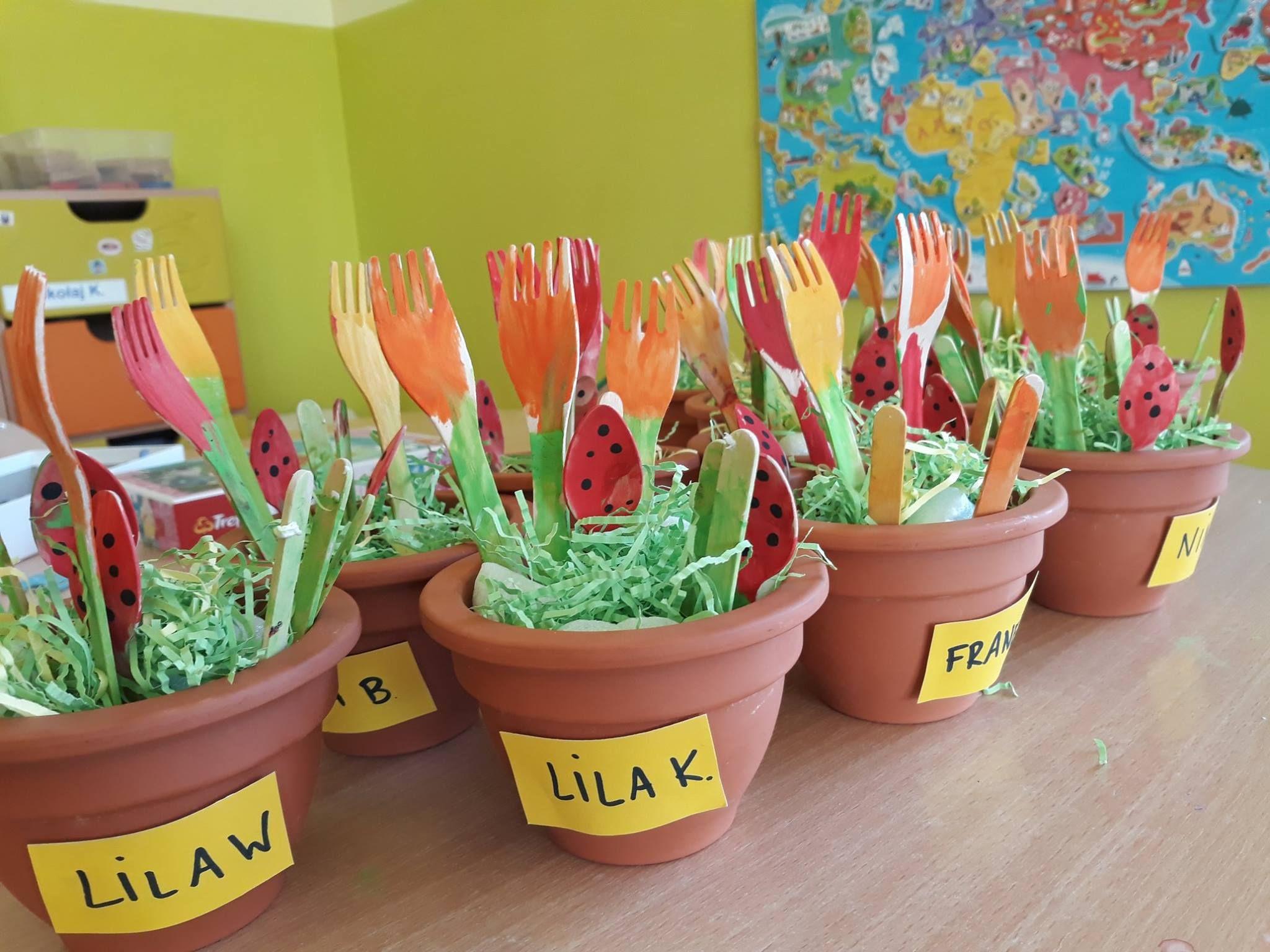 Praca Plastyczna Z Drewnianych Sztuccow Kwiatki I Biedronki Przedszkole Wilanow Przedszkolejezykowe Crafts For Kids Crafts Kids